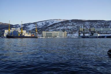 Вид с мыса Угольный. Вверху справа - здание администрации города