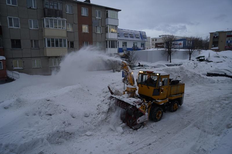 уборка снега во дворе дома 18 по пр.50-лет Октября